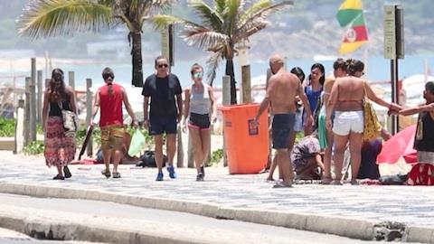 Galv�o Bueno 'acelera' em caminhada pela orla do RJ