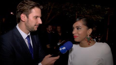 Anitta usa vestido com fenda sem calcinha: 'Rola um protetor'