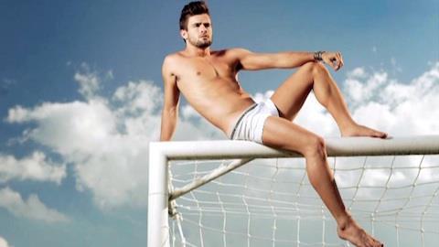 Rafael Licks posa sexy e revela fantasia picante