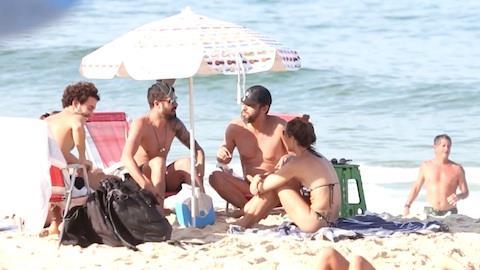 Fernanda Lima curte praia com amigos no RJ