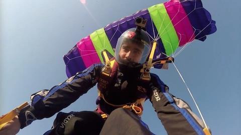 Caio Castro encara desafio no paraquedas com f�s apaixonadas