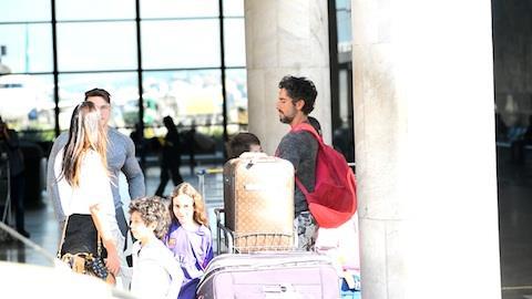 Marcos Mion embarca com a fam�lia em aeroporto no RJ