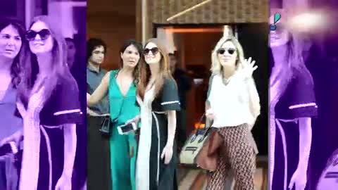 Marina Ruy Barbosa almo�a em shopping com a m�e e amigas