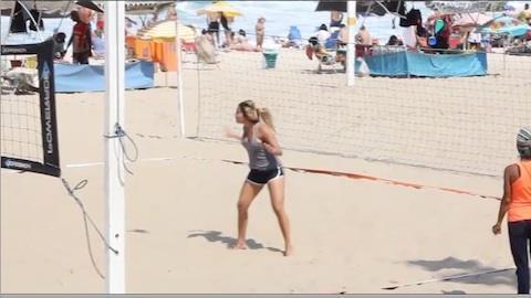 Carol Portaluppi 'bate um bol�o' em praia do Rio