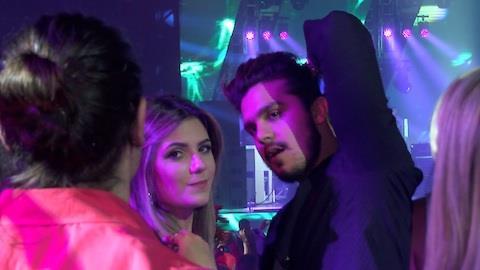 Luan Santana reata com Jade Magalhães e curte show agarrado com ela