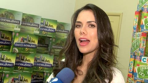 Daniela Albuquerque distribui presentes para crian�as em orfanato