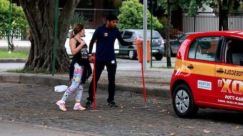 Ex-BBB Anamara � flagrada aprendendo a dirigir em autoescola