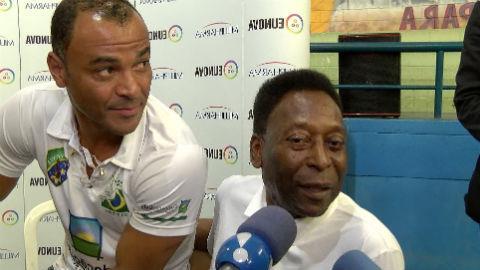 Pelé fala de erro médico que o deixou andando de muleta: 'me recuperando'