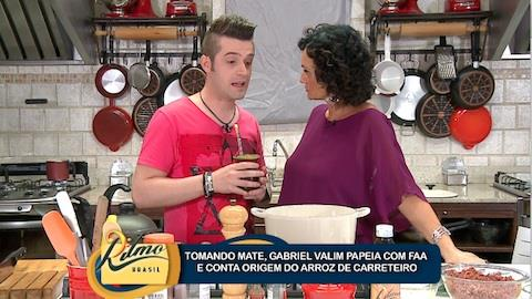 Faa Morena recebe Gabriel Valim que prepara prato especial