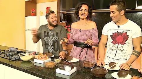 Dupla sertaneja faz ovos de chocolate no Ritmo Brasil