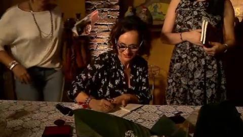 Amigos e familiares prestigiam lan�amento de livro de contos de Faa Morena