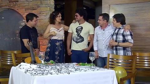 Aniversariante, Faa Morena é entrevistada por cantores