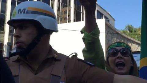 Letícia Sabatella é agredida verbalmente em manifestação