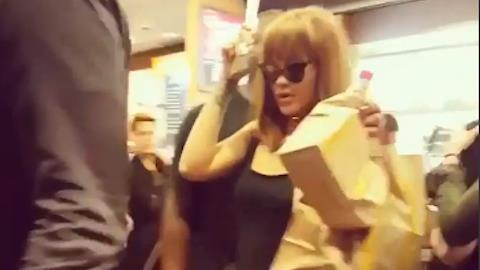 Rihanna encara fila e compra lanche em rede de fast food na Suíça