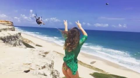 Paula Fernandes posa de biquíni e leva fãs à loucura