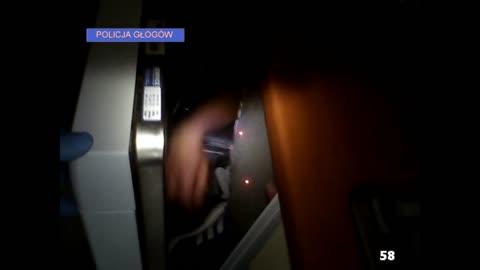 Suspeito se esconde dentro de m�quina de lavar lou�a para fugir da pol�cia