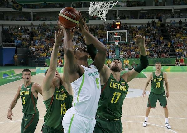 Basquete Masculino: Brasil reage no final, mas é derrotado pela Lituânia