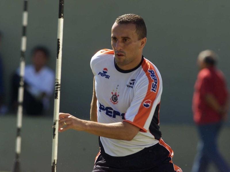 Ex-jogador de Palmeiras e Corinthians é preso por atraso de pensão