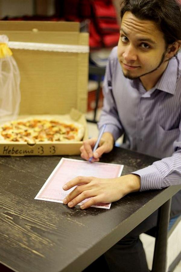 Homem se casa com uma pizza