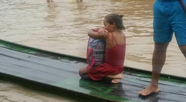 Resultado de imagem para menina salva livros de enchente na mata sul de pernambuco