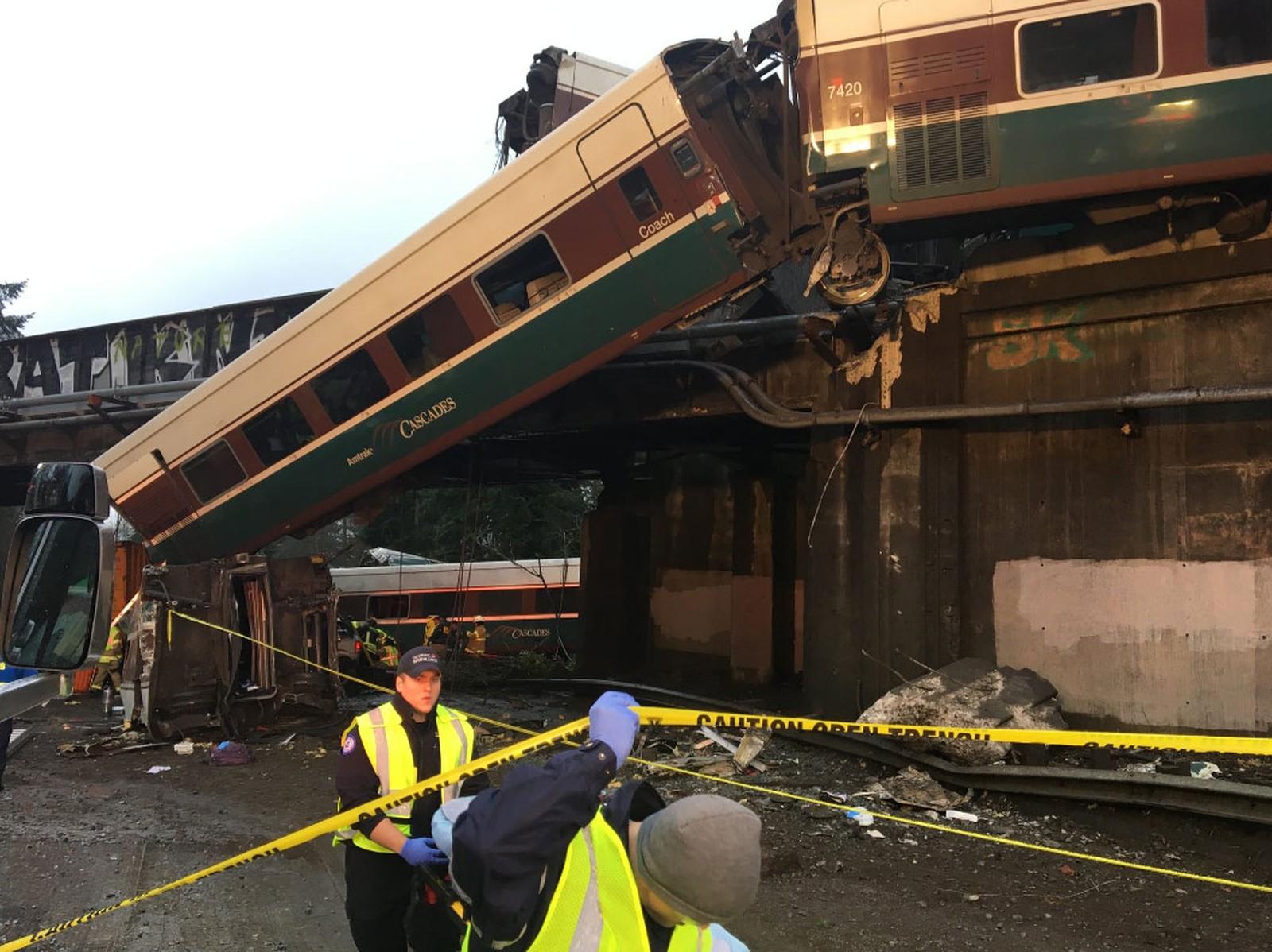 Trem descarrila sobre estrada e deixa mortos nos EUA