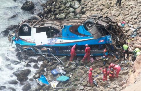Queda de ônibus em precipício mata ao menos 25 pessoas no Peru