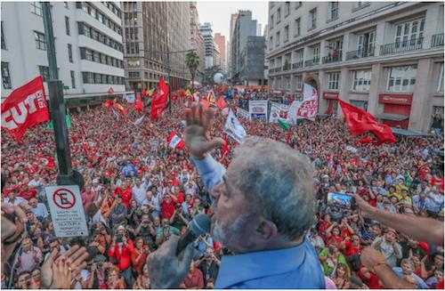 Manifestantes pró-Lula protestam na porta da Justiça Federal em Goiânia