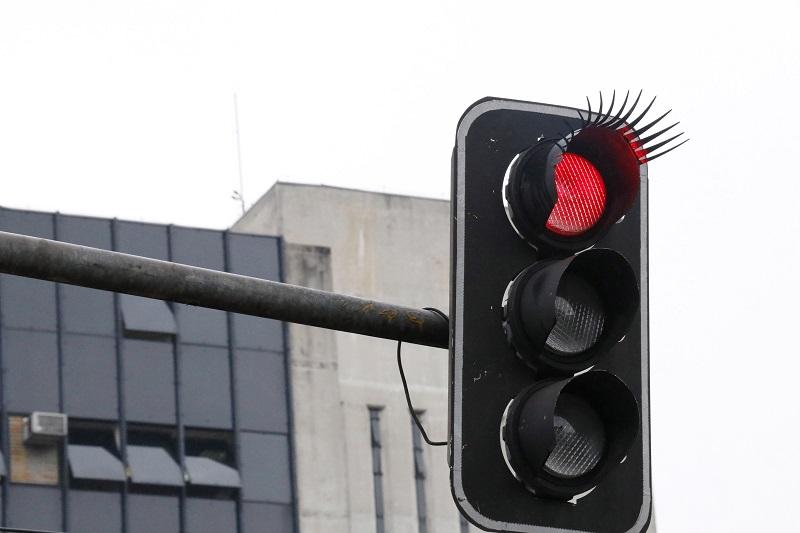 Cílios são instalados em semáforos de Curitiba para homenagear as mulheres