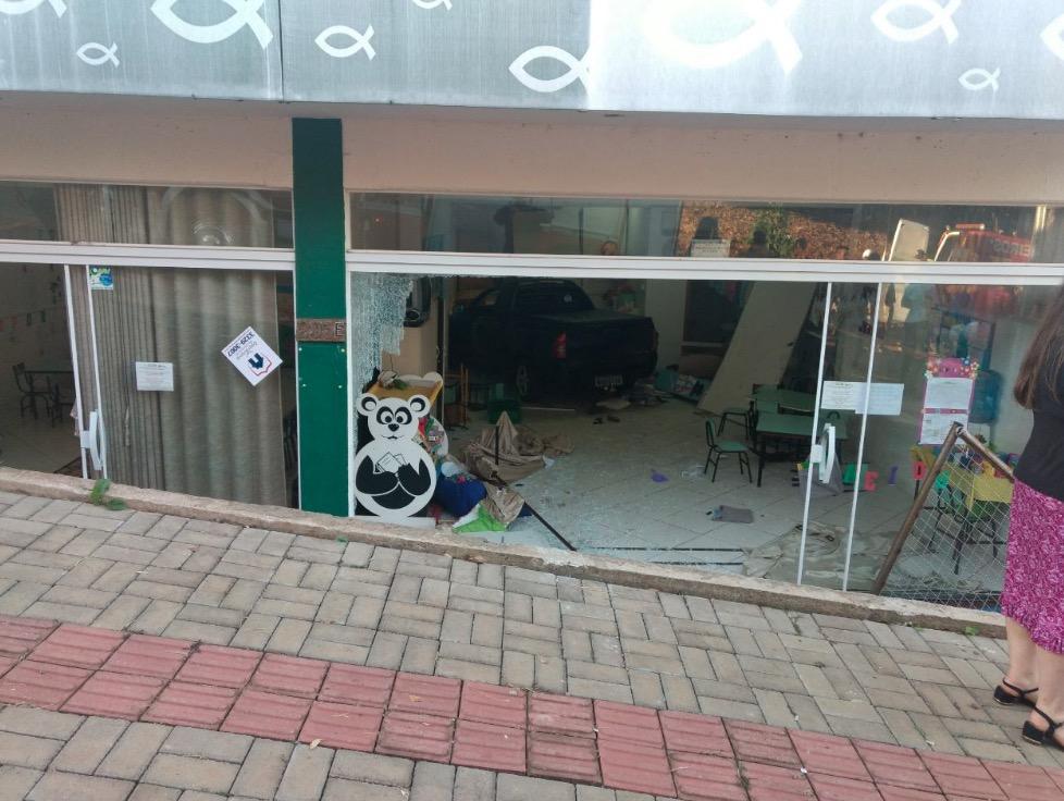 Caminhonete invade creche em Chapecó e deixa crianças feridas
