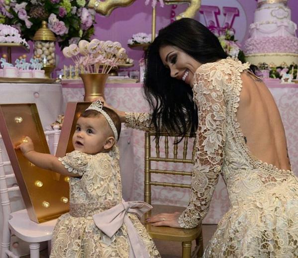 04fc6d56e09a72 Bella Falconi celebra o aniversário de um ano da filha RedeTV!