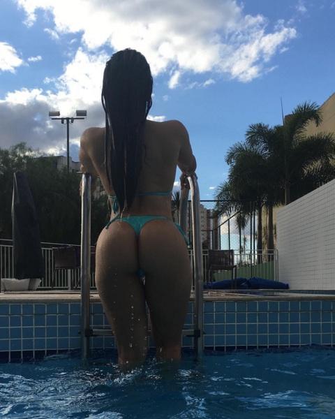 f5cea4d52 Mulher Melão empina o bumbum ao sair da piscina e provoca