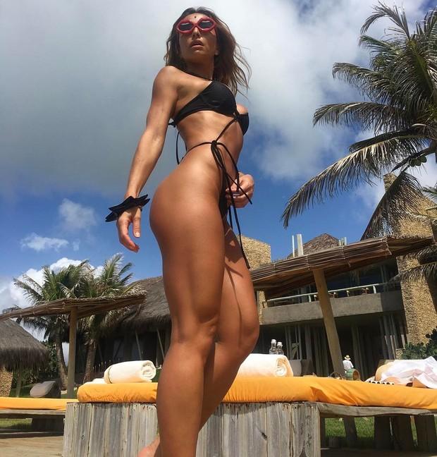 8ec176eef9da5 Sabrina Sato posa de maiô cavado e surpreende pelas curvas impecáveis.  (Foto  Reprodução   Instagram)