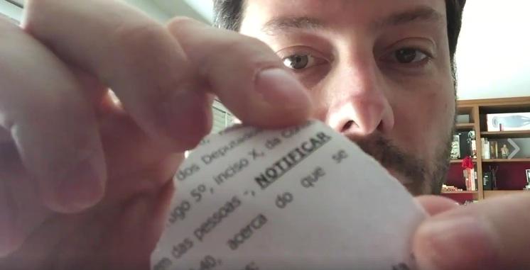 Em vídeo, Danilo Gentili esfrega notificação nas partes íntimas