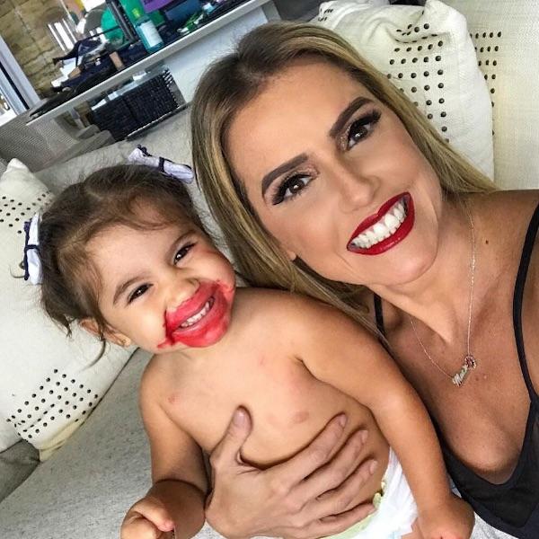 Filha de Deborah Secco se lambuza de batom