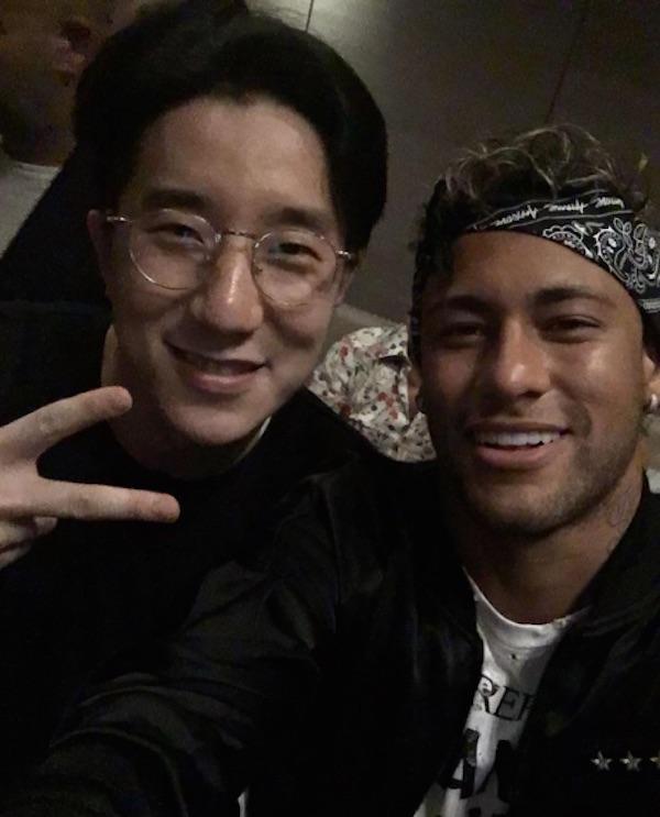 Neymar se emociona ao falar com Jackie Chan por vídeo