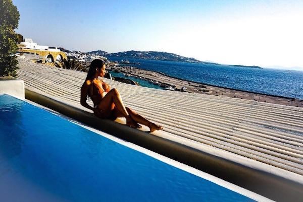 Simaria, da dupla com Simone, posta foto ousada na Grécia
