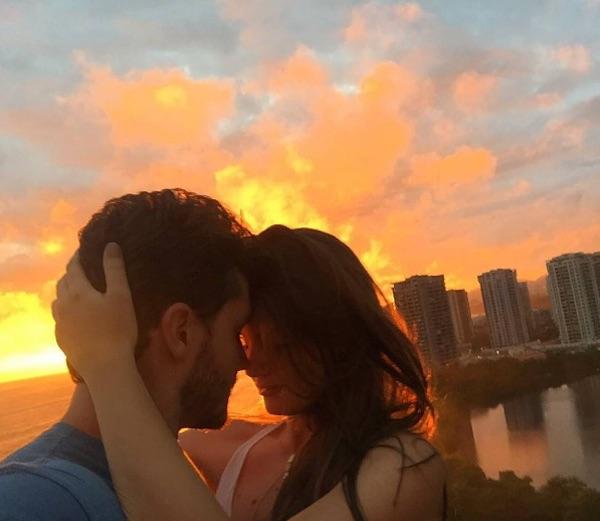 Camila Queiroz celebra um ano de namoro com Klebber Toledo