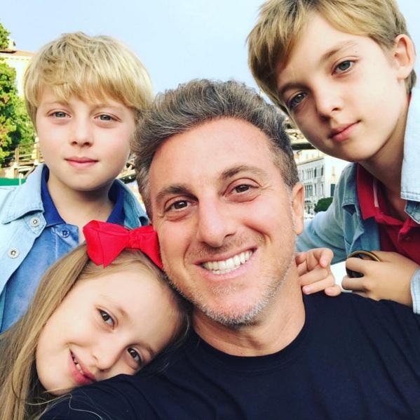 Luciano Huck posa com os três filhos e se declara: