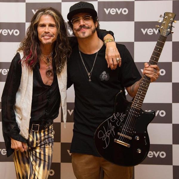 Caio Castro ganha guitarra autografada de Steven Tyler, do Aerosmith