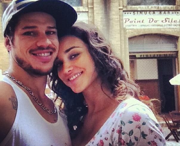 Débora Nascimento aparece nua com José Loreto em ensaio fotográfico