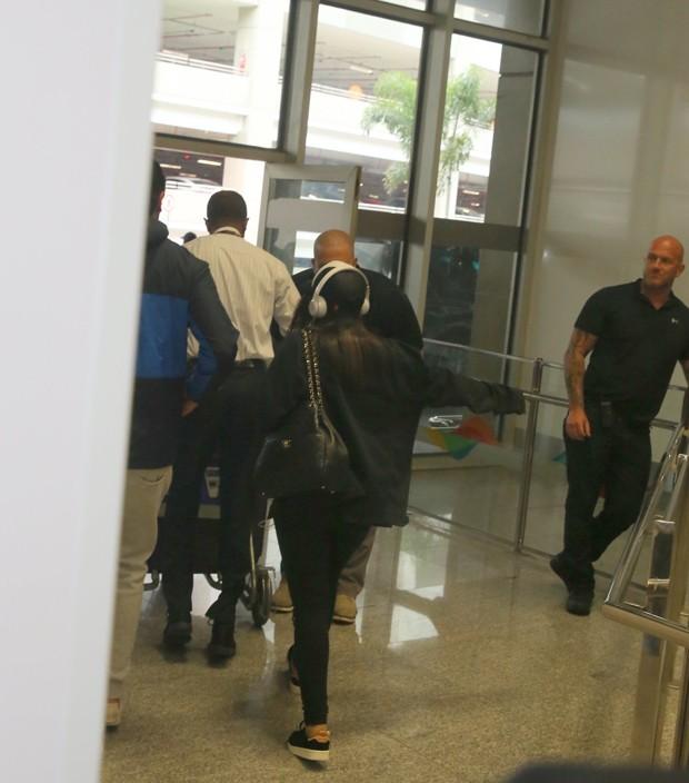 Anitta é clicada pela primeira vez com o namorado em aeroporto