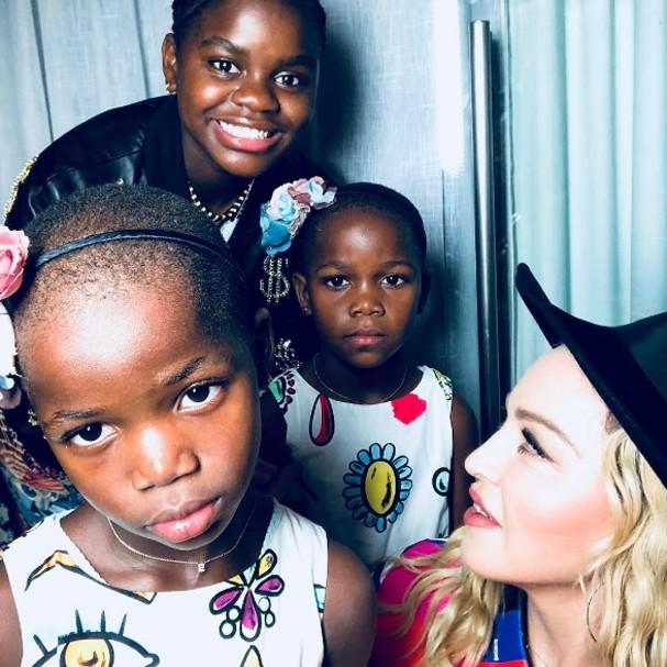 Madonna se ajoelha diante de Caetano e declara: 'Eu te amo'