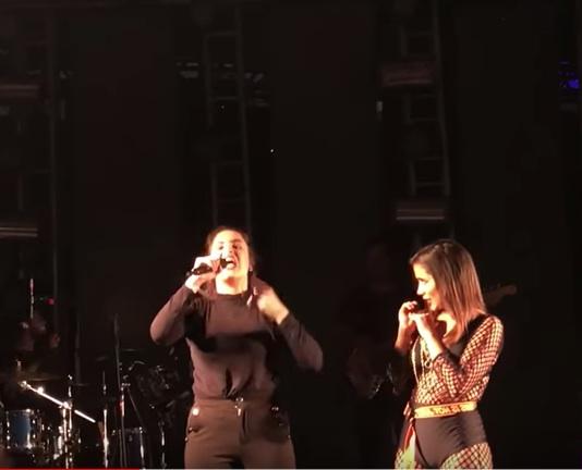 Brasiliense sobe no palco, engana Anitta e divulga música. Veja vídeo