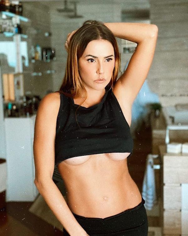 Aos 40 anos, Deborah Secco sensualiza e deixa parte dos seios à mostra em foto ousada