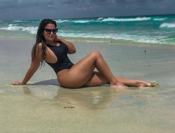 """De maiô cavado, Geisy Arruda exibe curvas em praia de Miami e brinca: """"Por que não acordei bem sereia""""?"""