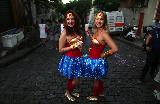 Cariocas se divertem com desfile dos blocos carnavalescos