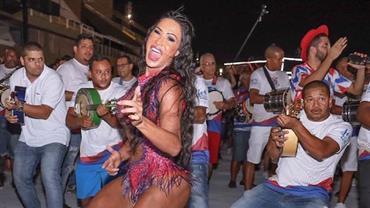 Gracyanne Barbosa dá show de rebolado em ensaio de Carnaval na Sapucaí