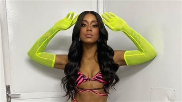 """MC Rebecca deixa calcinha à mostra em look para Carnaval e fã questiona: """"É você Rihanna?"""""""