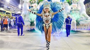 "Nicole Bahls posta foto de desfile e empolga seguidor: ""Que corpo, que pernas!"""