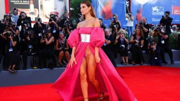 Ex-namorada de Balotelli, modelo brasileira usa vestido ousado e quase mostra demais
